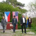 08.5.11-x-Delegace u památníku na Podolském mostě(Pospíšil, Guillot, senátor Krejča)