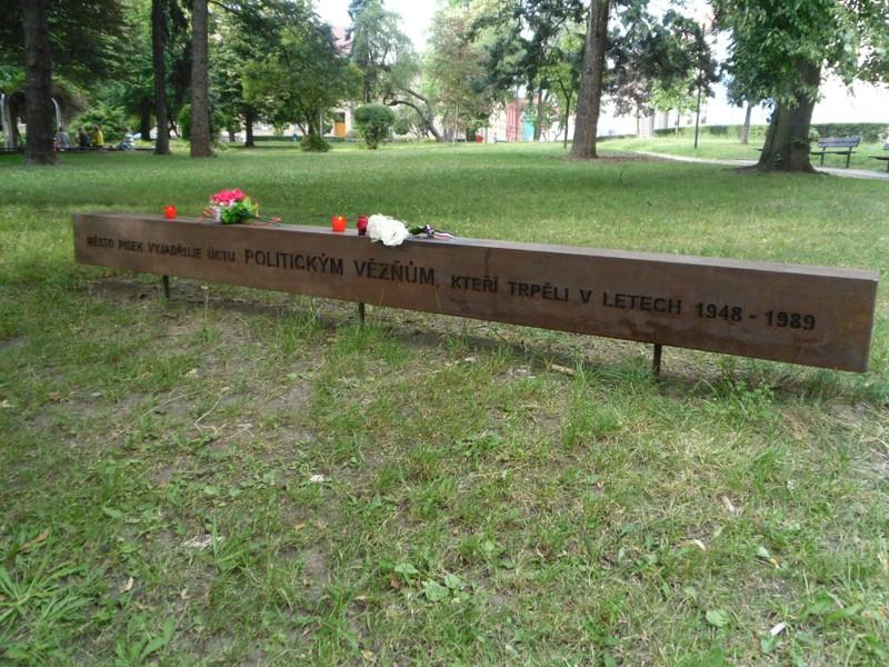 12-den-pamatatky-obeti-komunismu_pisek_pamatnik politickym veznum