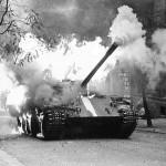 1968_horici-tank-okupantu-v-ulicich-prahy